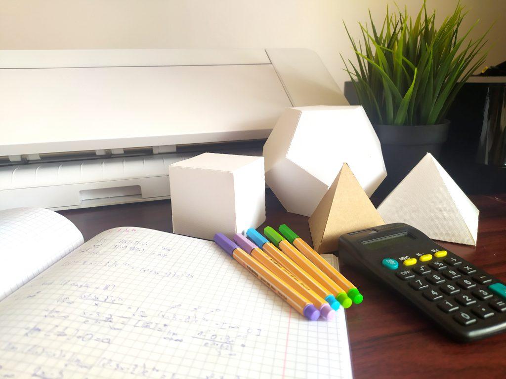 Papierowe bryły trójwymiarowe, siatki sprawdzą się jako pomoce dydaktyczne w domu