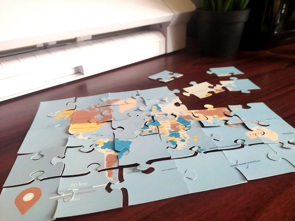 Pomoce dydaktyczne - papierowe puzzle z mapą świata